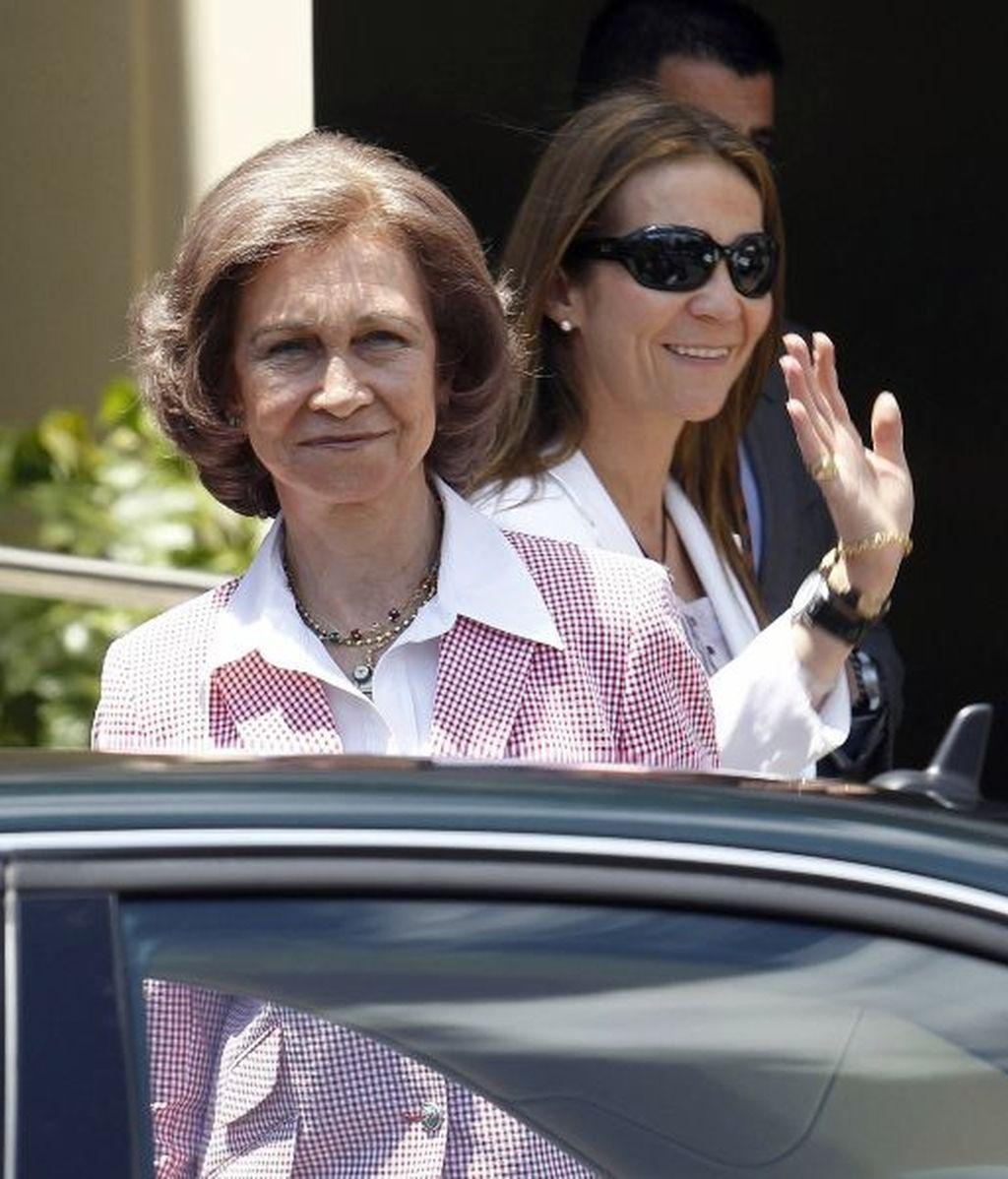 La reina Sofía y la infanta Elena, a la salida del hospital