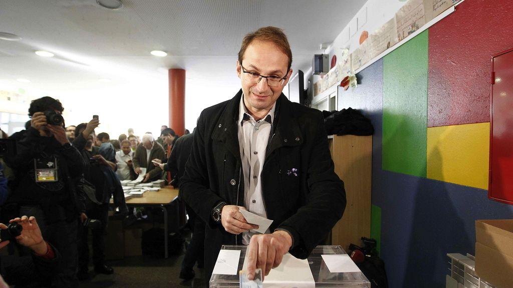 El candidato de ICV-EUiA a la Generalitat, Joan Herrera, ejerce su derecho a voto