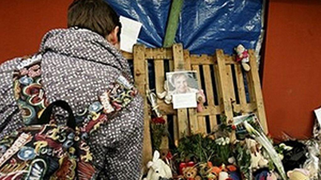 Los vecinos muestran su dolor por las víctimas ante la guardería. Foto: AP.