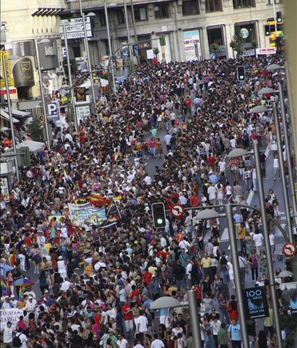 Vista general de la Gran Vía madrileña durante el desfile del Orgullo Gay, organizado por la Federación Estatal de Lesbianas, Gays, Transexuales y Bisexuales (FELGTB) y el colectivo de Madrid COGAM, y a la que han asistido 51.500 personas según el cómputo efectuado por la empresa Lynce para la Agencia Efe. EFE