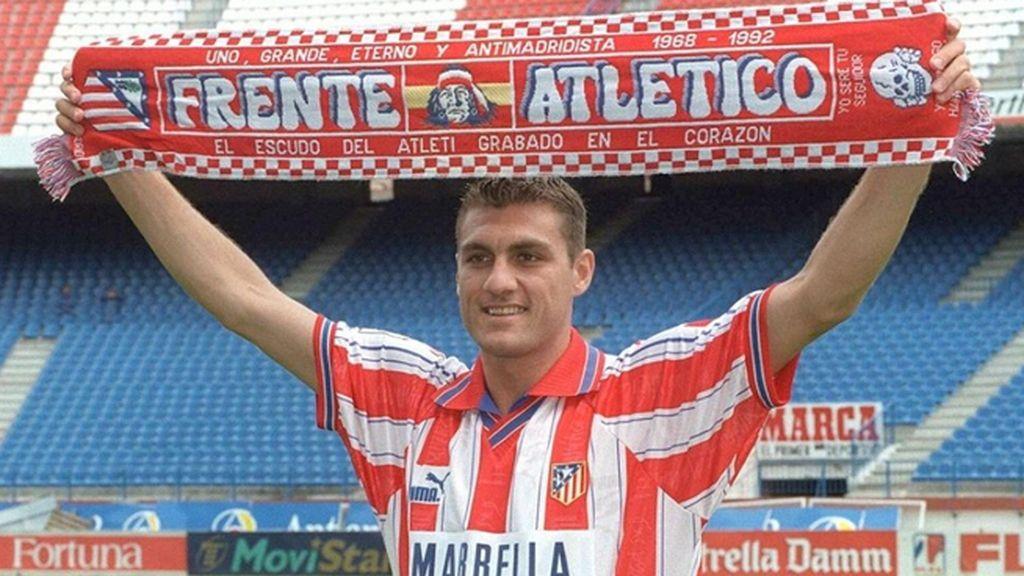 Vieri, en la presentación del Atlético con una bufanda del Frente Atlético