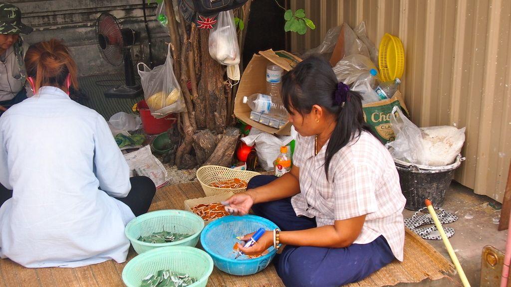 Mujeres reconstruyendo el templo de What Pho
