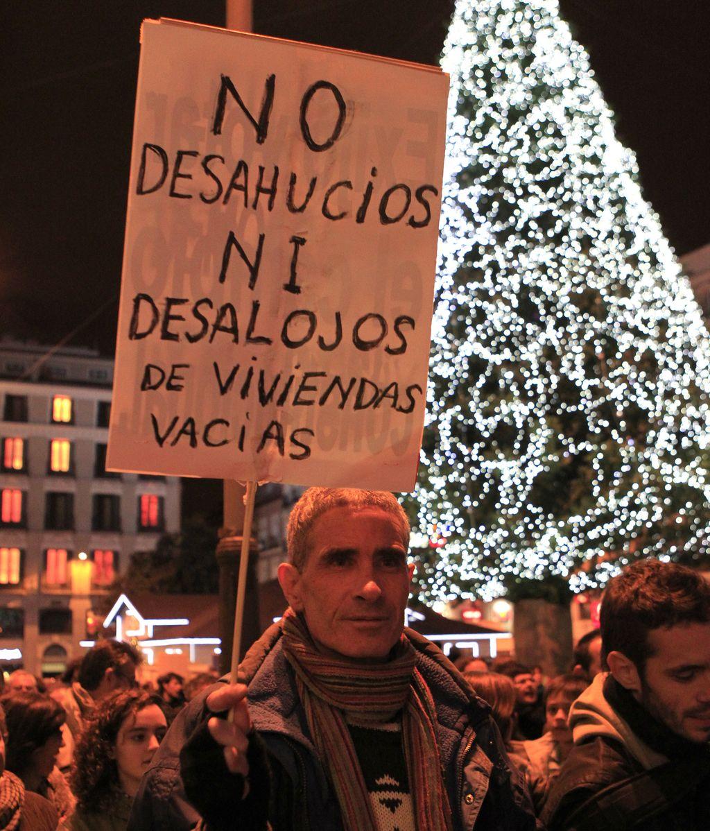Miles de 'indignados' cortan parde de la Gran Vía madrileña en protesta por el desalojo del Hotel Madrid