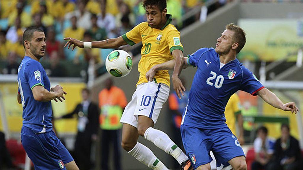 Neymar controla un balón ante dos jugadores italianos