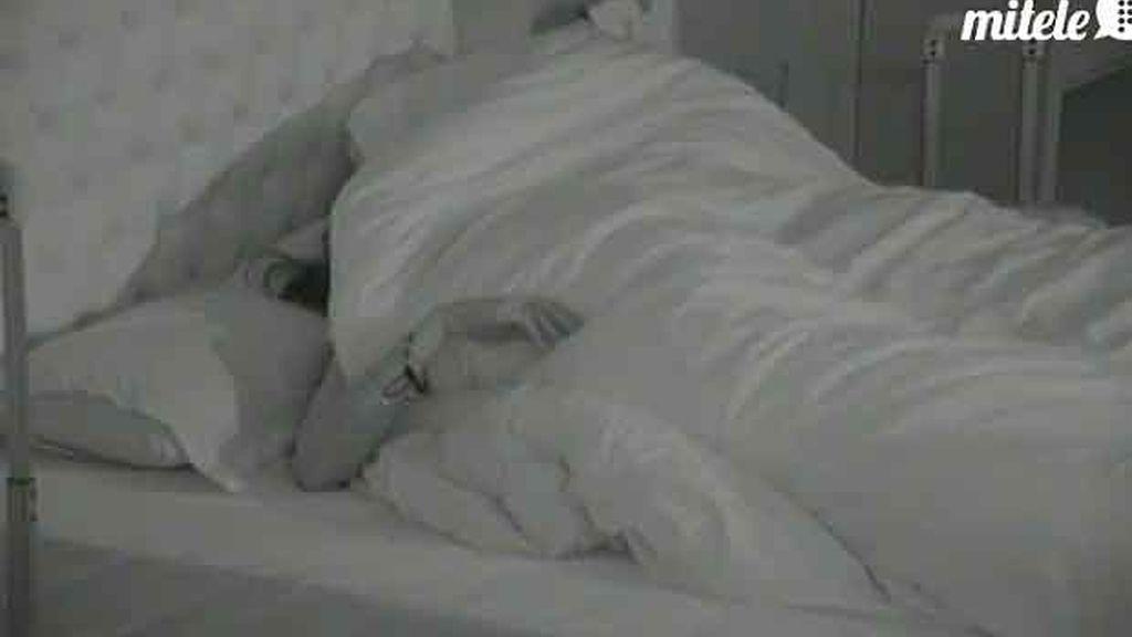 María y Hugo se esconden bajo el edredón!