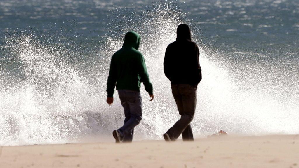 Fuerte oleaje en la playa de la Malvarrosa por el temporal de viento