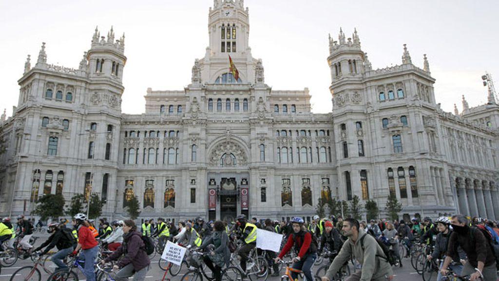 Piquete ciclista pasa por delante del Ayuntamiento de Madrid