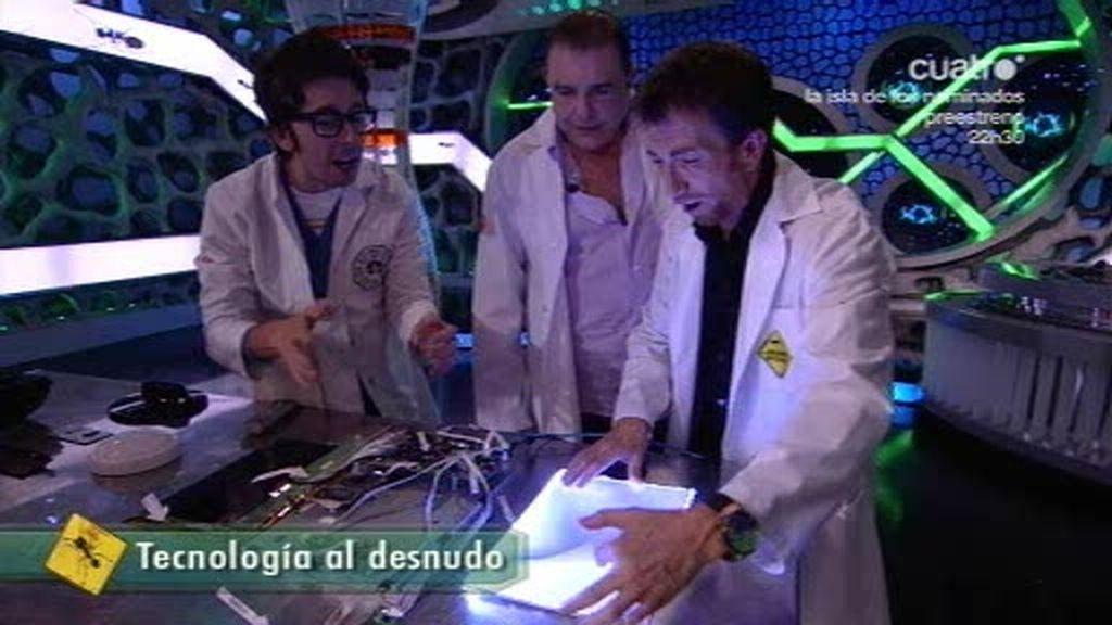 Flipy explica a Juan Luis Galiardo cómo funciona la pantalla de un monitor