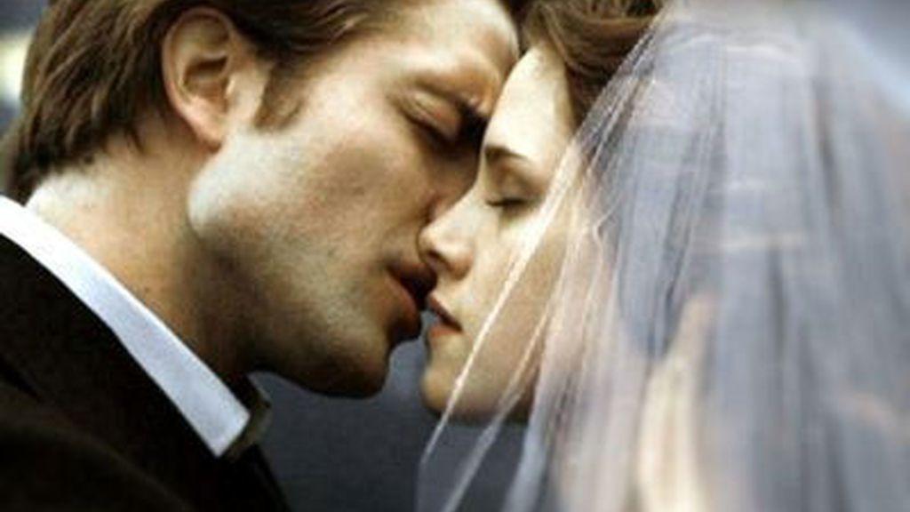 Con un beso sellan su compromiso. Foto: Summit Entertainmetn.