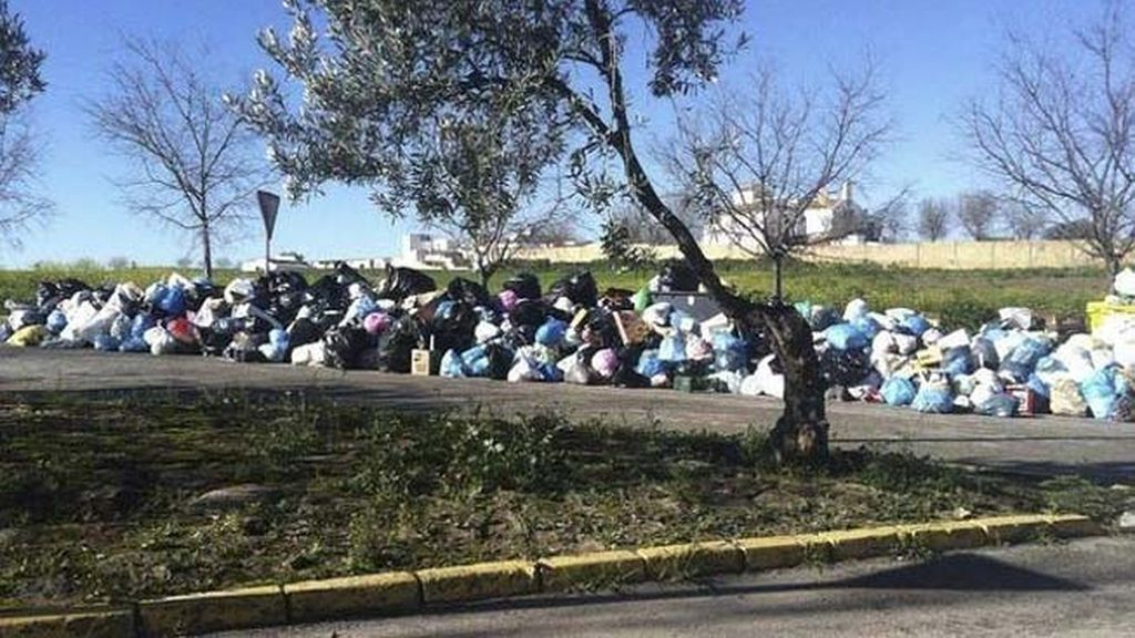 La basura se acumula en las calles de Sevilla