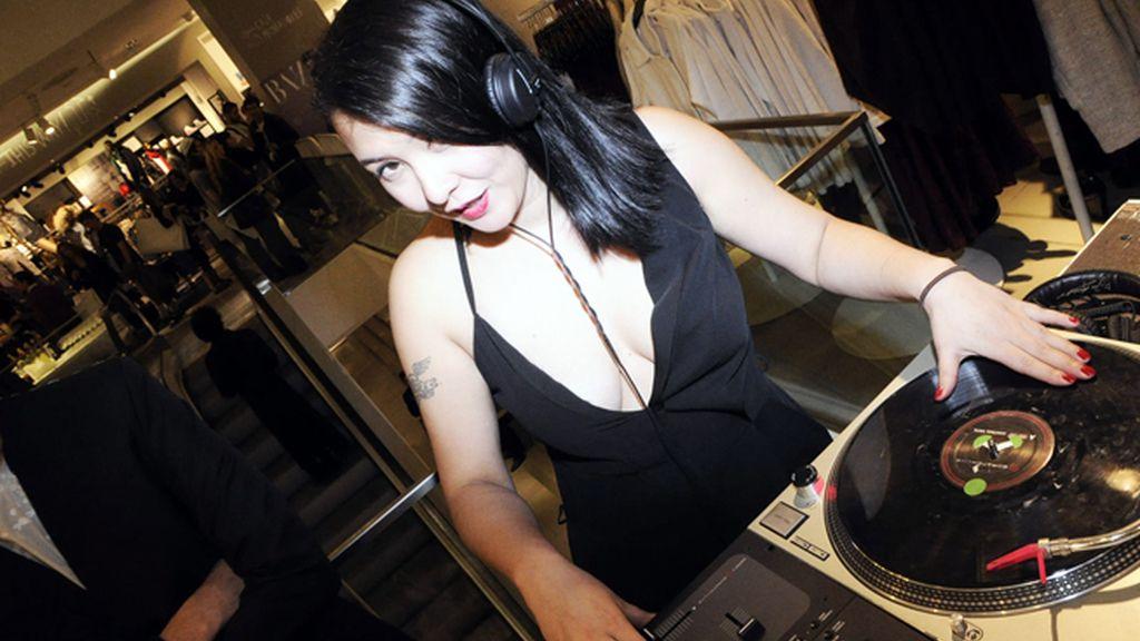 Melania Pan se atrevió a ponerse a los platos y sorprendió a los invitados con la mejor música
