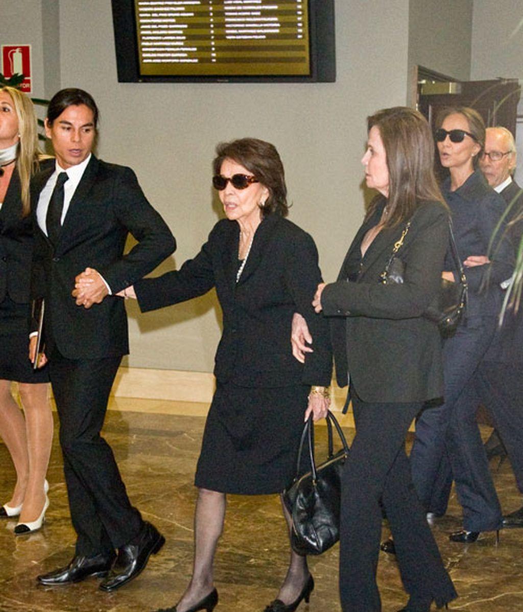 Isabel Preysler, rodeada de familia y amigos en el funeral de su hermana