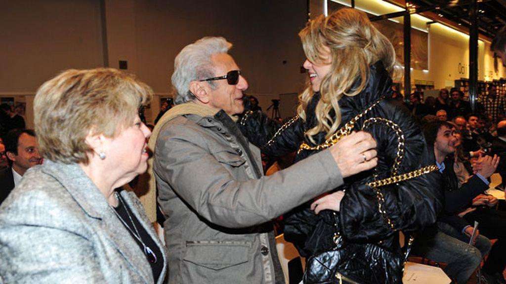 Shakira saludando a sus padres