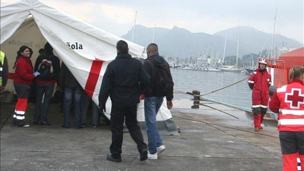 Fotografía facilitada por Cruz Roja de varios de los 50 inmigrantes que son atendidos por miembros de Cruz Roja en el puerto de Cartagena tras ser interceptadas cuatro pateras en las últimas horas cuando intentaban llegar a las costas murcianas. EFE