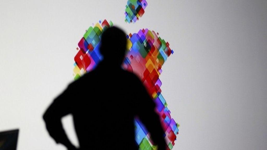 El CEO de Apple, Tim Cook sube al escenario durante la Apple Worldwide Developers Conference de 2012 en San Francisco, el 11 de junio.