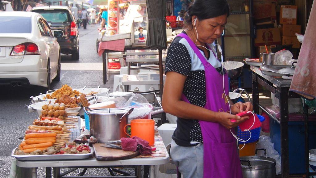 Vendedora de comida callejera conectada