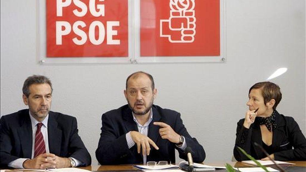 El vicesecretario general del PSdG y Conselleiro de Traballo, Ricardo Varela (c), acompañado por el conselleiro de Economía, José Ramón Fernández (i), y la secretaria de Organización del partido, Mar Barcón (d), en una reunión del partido. EFE