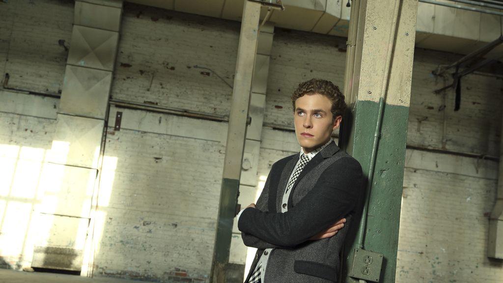 Iain De Caestecker es el agente Leo Fitz