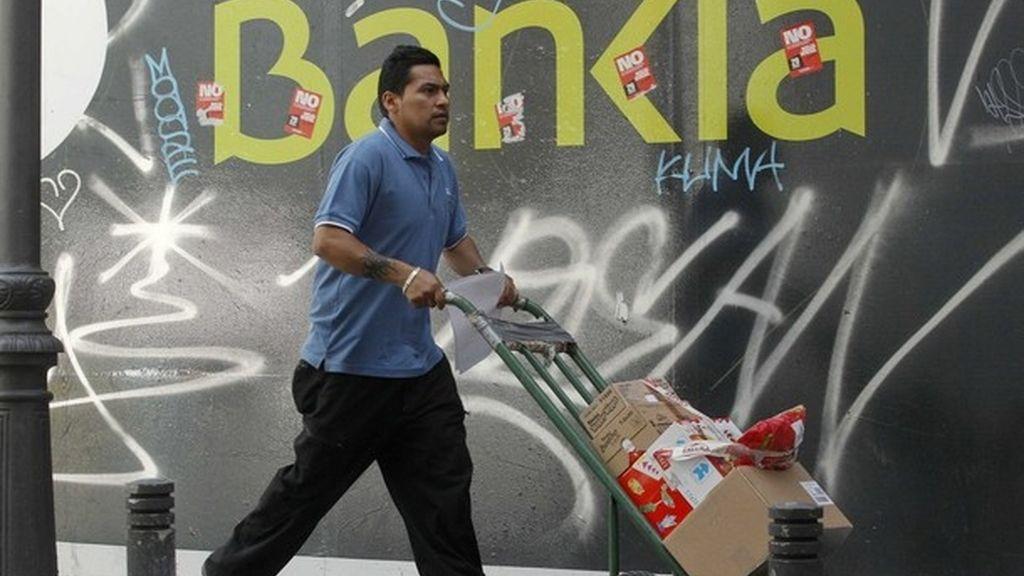 Imagen de una oficina de Bankia llena de pintadas