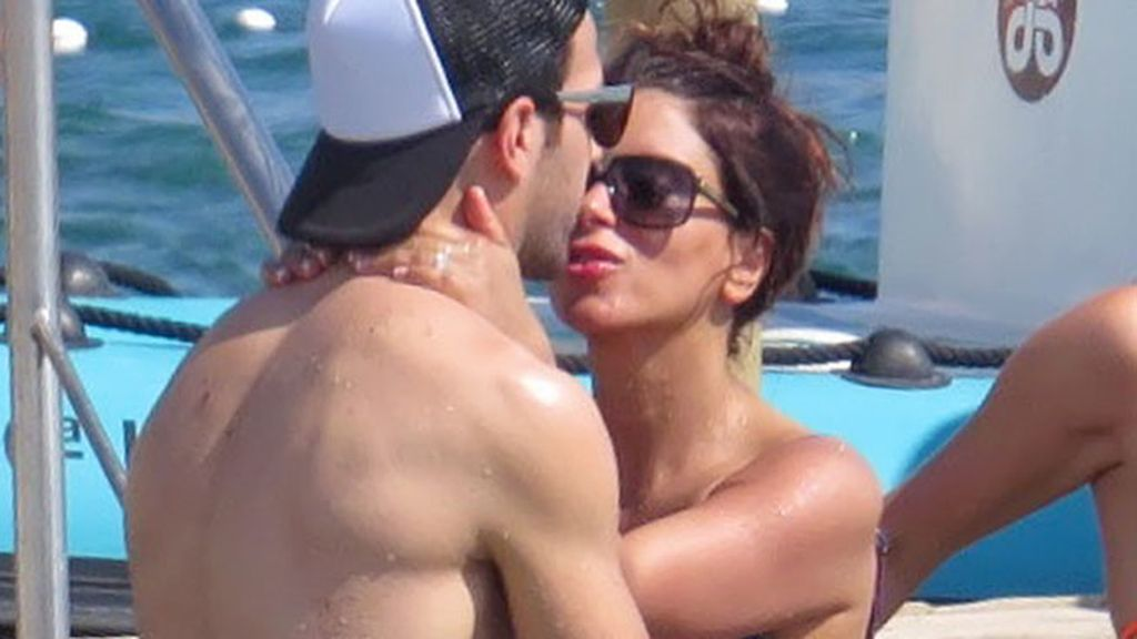 Cesc Fábregas y su chica, en las playas de Ibiza