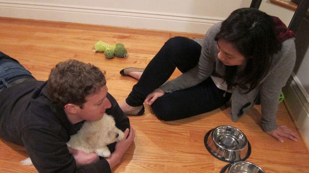 Zuckerberg tiene corazón y un perrito (del que es fan)