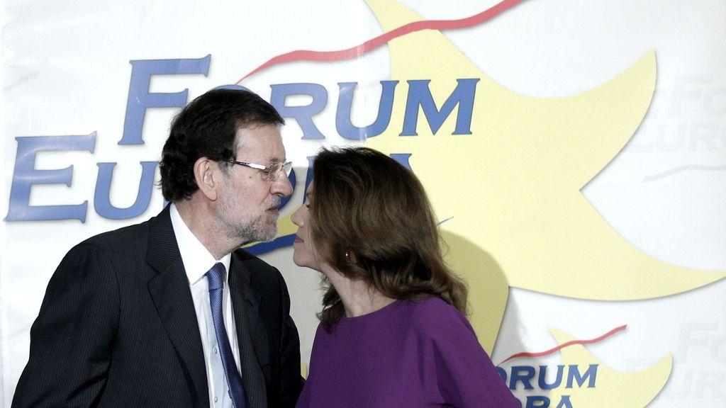 Rajoy saluda a Cospedal en un acto en Madrid