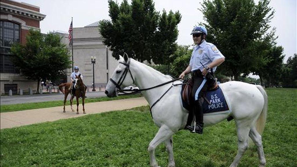Agentes de policía inspeccionan el exterior del museo del Holocausto en Washington, Estados Unidos. EFE