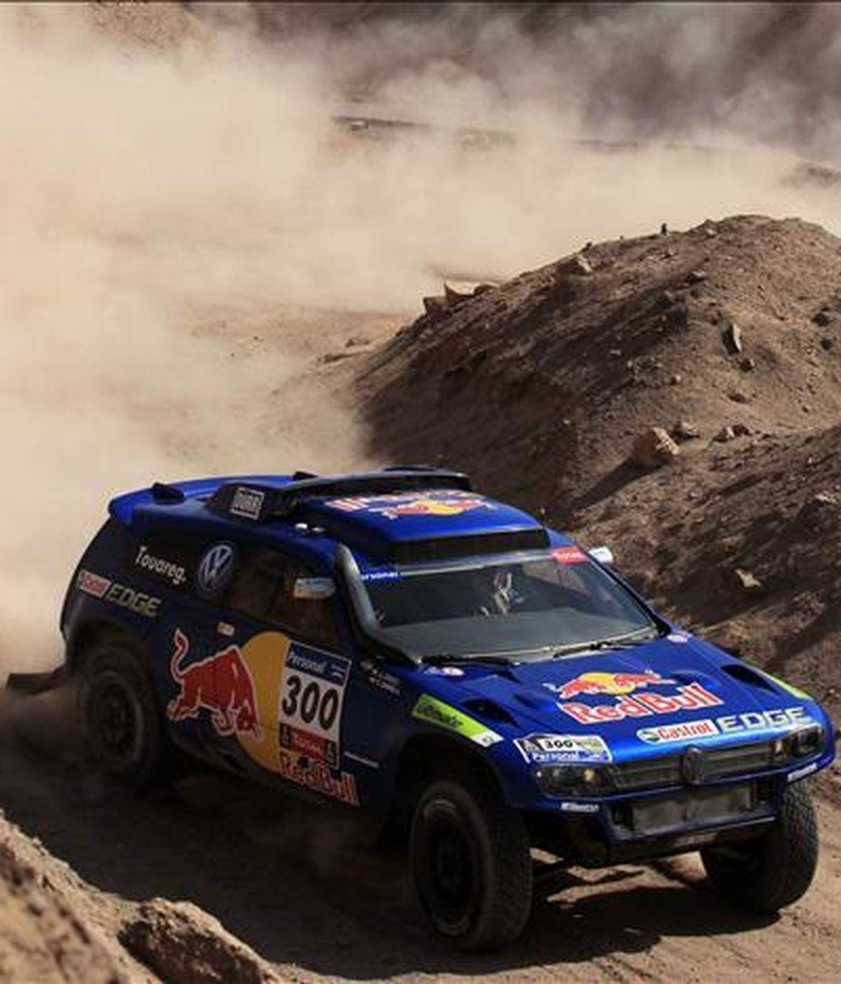 """El piloto español Carlos Sainz conduce su Volkswagen Touareg durante la sexta etapa especial del """"Rally Dakar 2011"""" que se corre entre Iquique y Arica (Chile). EFE"""