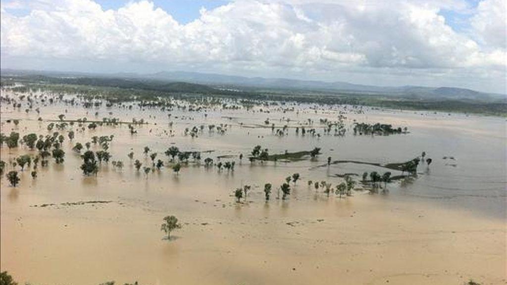Imagen aérea tomada hoy de algunas de las propiedades inundadas Rockhampton, Australia, tras el desboradamiento del río Ftzroy. EFE