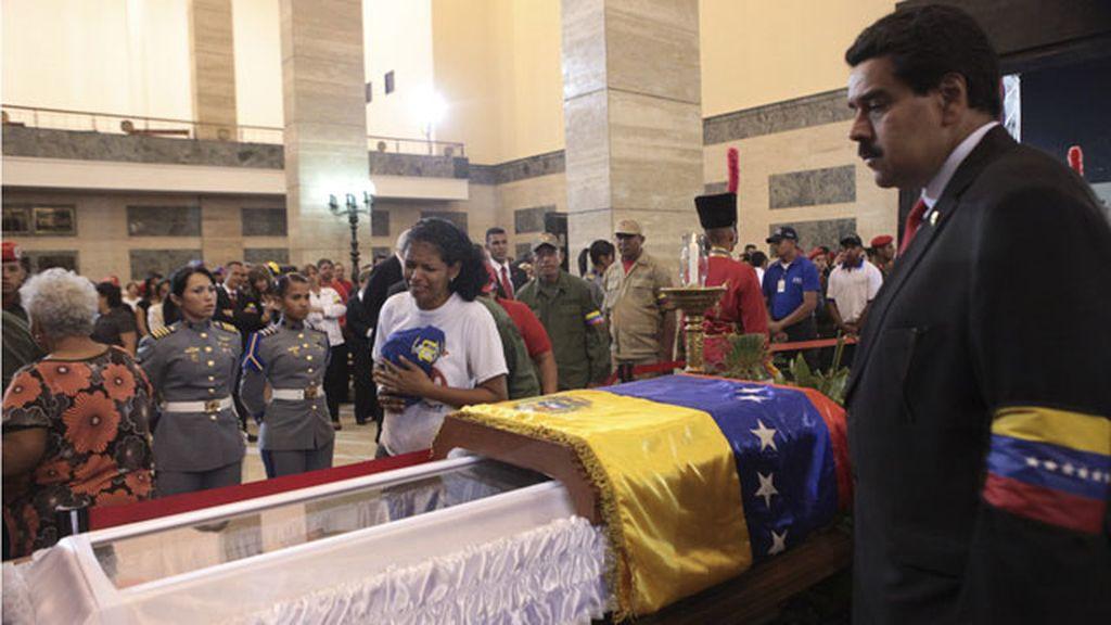 Nicolás Maduro vela el cuerpo de Chávez