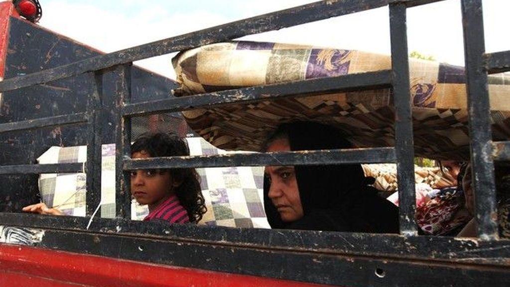 Una mujer y una niña huyen de Sirte aprovechando el alto el fuego