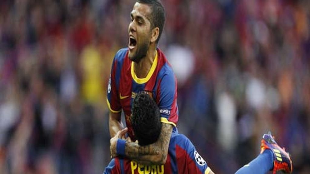 Alves celebra el gol con Pedrito