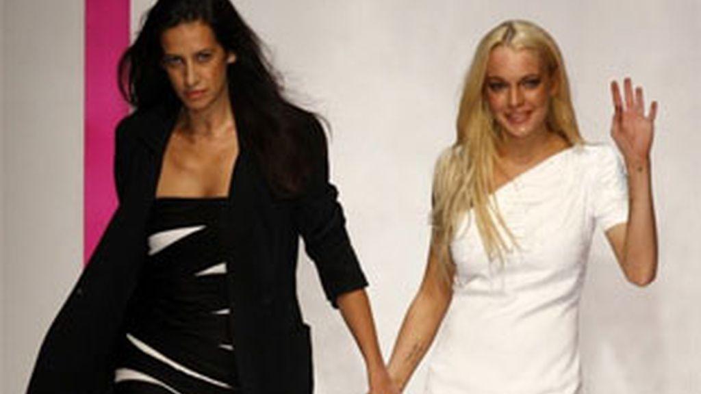 Imagen de archivo de Lindsay Lohan y Estrella Archs, diseñadora jefe de Ungaro, durante la presentación de la colección para la primavera verano del 2010. Foto: Reuters.