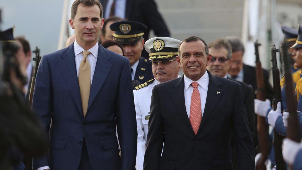 El Príncipe llega a Honduras con varias horas de retraso tras una avería en su avión