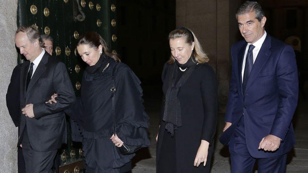María Paloma y Cristina de Borbón Dos-Sicilias y Orleans acompañadas por sus respectivos maridos en el funeral de su padre