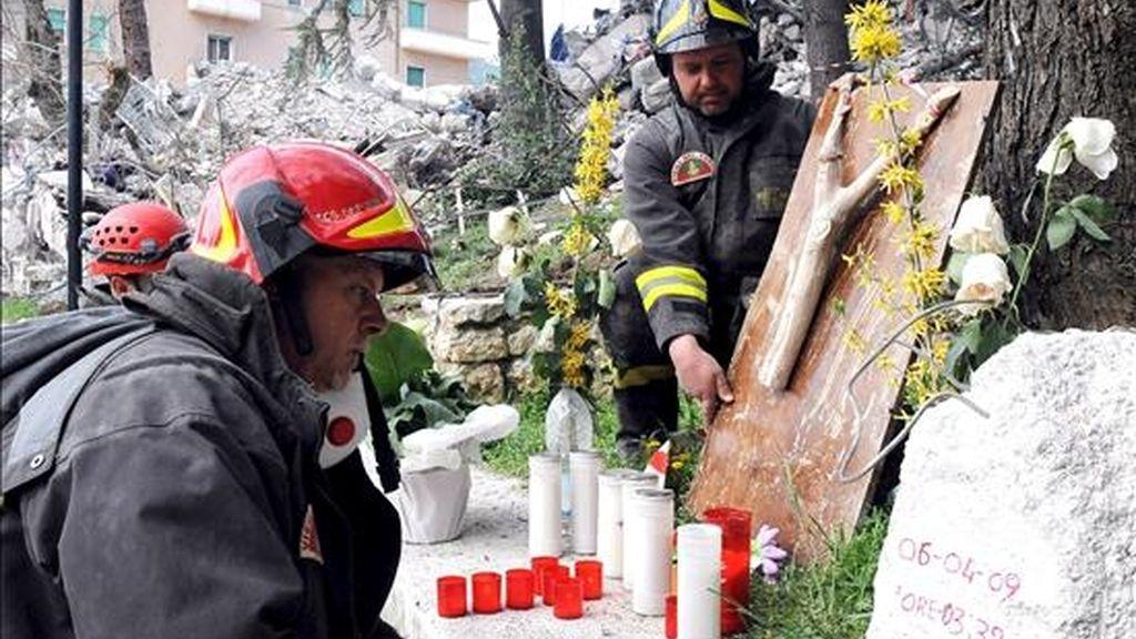 Un bombero reza junto a unos escombros tras el terremoto que sacudió la madrugada del pasado día 2 la región de Aquila, en Abruzzo, (centro de Italia).  Tres días después del seísmo, la cifra de muertos asciende a 278, cuyo funeral de estado se celebrará mañana. EFE