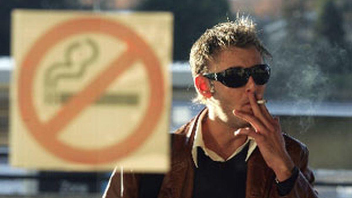 Coto al humo: cada vez es más complicado fumar en España. FOTO: Efe