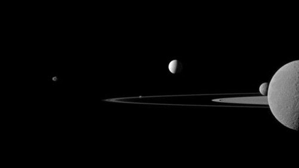 Cinco lunas de Saturno 'posan' junto a los anillos del planeta para la sonda Cassini