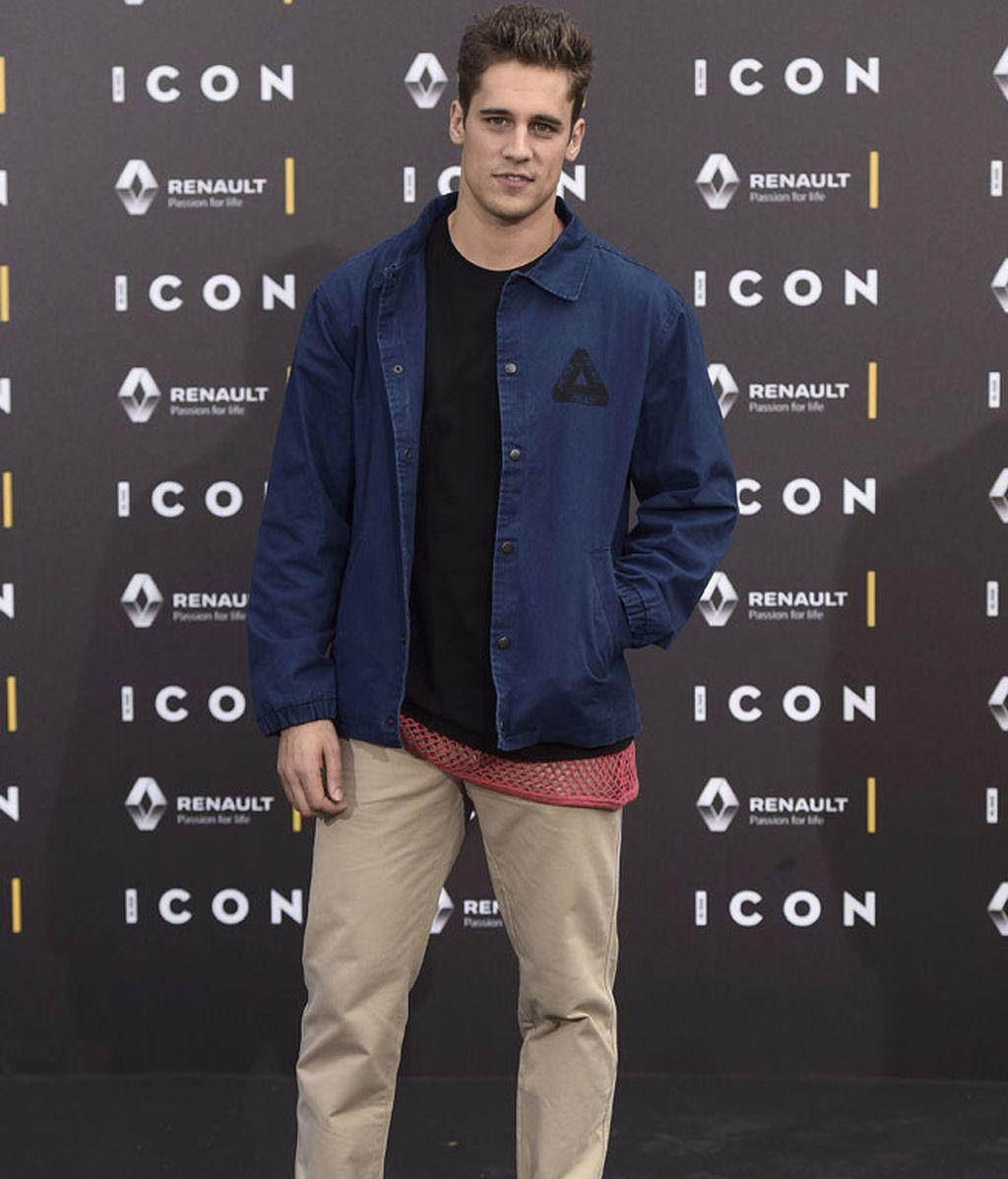 Martín Rivas acudió con un look informal de camisa vaquera