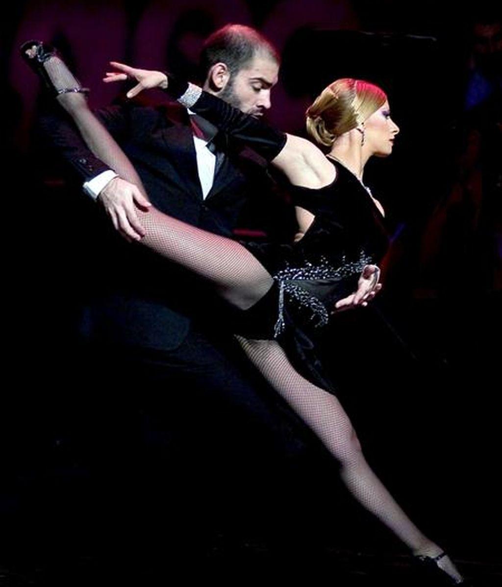 """El espectáculo Tango Fire"""", actualmente en cartelera en Londres, llegará el 26 de mayo a Barcelona, la ciudad en la que Carlos Gardel grabó """"La cumparsita"""" en 1927, combinando la música de los arrabales de Buenos Aires con las sensuales coreografías porteñas de cinco parejas de baile. EFE"""