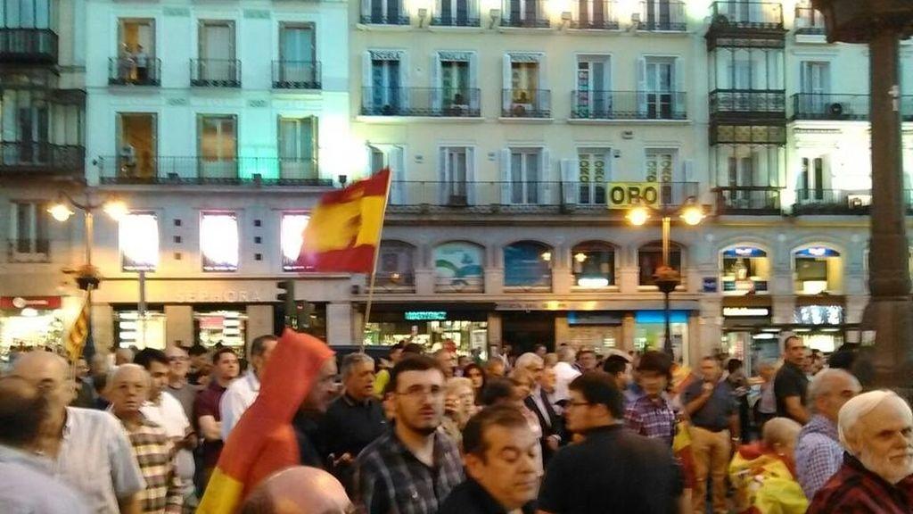 Miembros de Falange se manifiestan en la Puerta del Sol contra las elecciones en Cataluña