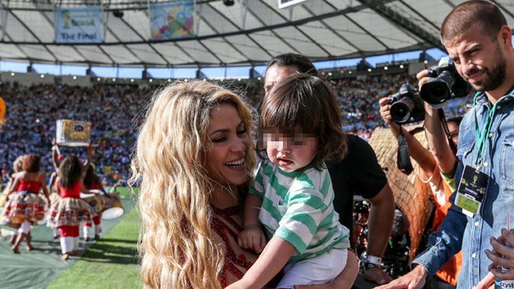 Shakira participó en la ceremonia de clausura y se llevó al campo a Milan