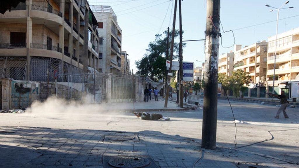 Rebeldes sirios se enfrentan con soldados en un barrio de Siria