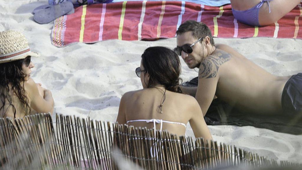 Olga Moreno y Antonio David, 'engafados' en la playa