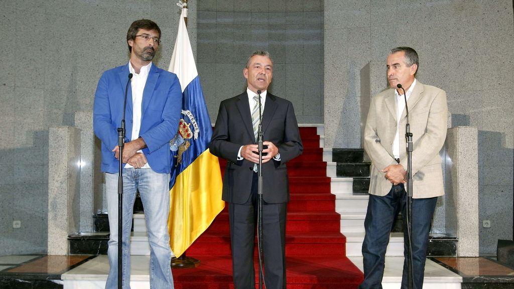 El presidente canario, Paulino Rivero, ante los medios