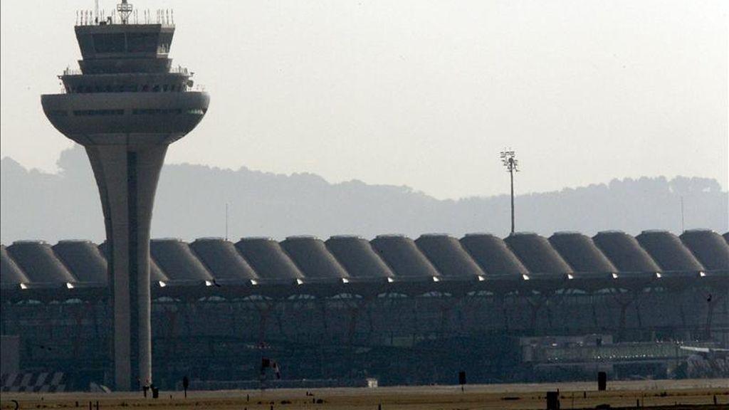 Imagen de la torre de control de la T-4 del aeropuerto de Madrid-Barajas. EFE