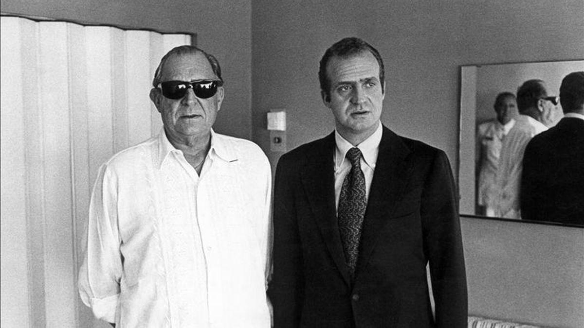 El rey Juan Carlos, junto a su padre, Juan de Borbón, Conde de Barcelona. EFE/Archivo