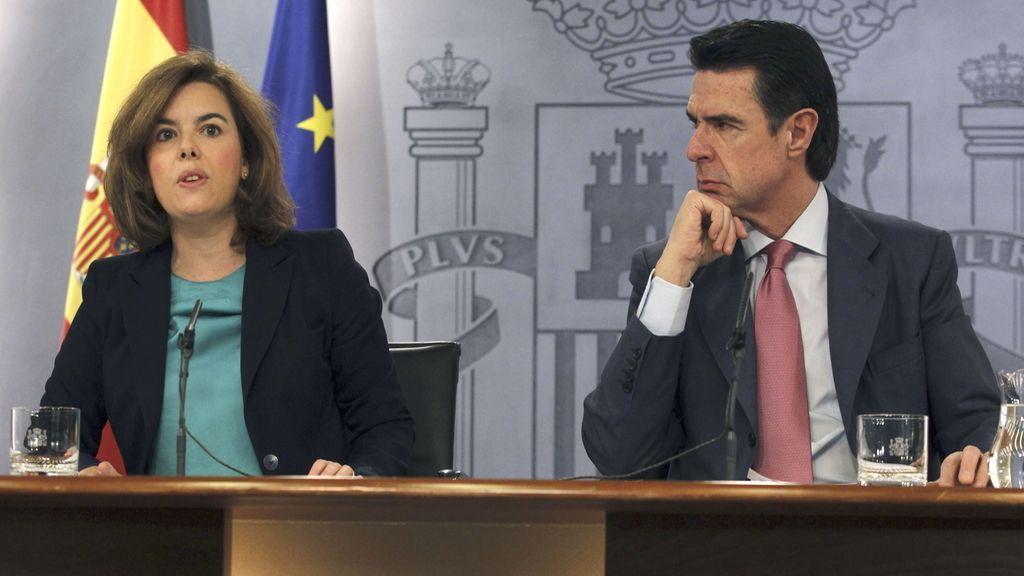 La vicepresidenta del Gobierno, Soraya Sáenz de Santamaría, junto al ministro de Industria, Energía y Turismo, José Manuel Soria