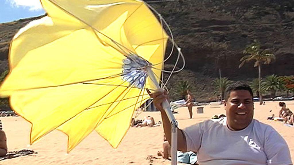 La brisa del mar dificulta muchas veces la instalación de la sombrilla