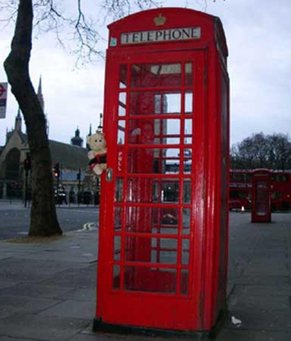 Abren una tienda de comestibles en una cabina telefónica
